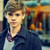 Cast Photo: Thomas Brodie-Sangster
